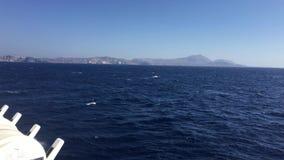 La primera vista del pueblo septentrional de Oia en Santorini almacen de video