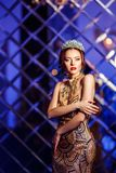 La princesa de la reina de la mujer en la corona y el vestido del lux, luces va de fiesta el backgr foto de archivo
