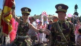 La princesa de la samba y su socio llevan la bandera del carnaval durante Samba Carnaval almacen de video
