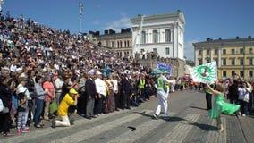 La princesa de la samba y su socio llevan la bandera del carnaval durante Samba Carnival metrajes