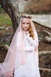 La princesse de chariot des elfes féeriques se tient dans une forêt enchantée magique et regarde à ravir photographie stock