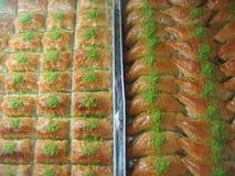 La priorità alta del turco agglutina al miele alla forma di luna e rettangolare in una teglia da forno La Turchia Immagini Stock
