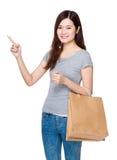 La prise asiatique de femme avec le panier et le doigt se dirigent  Photo stock