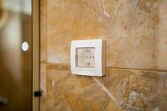 La prise dans la salle de bains avec imperméable Engineeri électrique Photographie stock libre de droits
