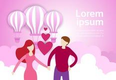 La prise de couples remet des ballons à air à l'arrière-plan rose de ciel avec l'espace Valentine Day Banner de copie Images stock
