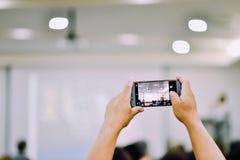 La prise de la photo est plus facile de nos jours avec le smartphone Image stock