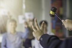 La prise femelle de contrôle de vente aux enchères la 3ème main et dirigent le gagnant d'offre de marteau image libre de droits