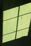 La prison barre le concept de silhouette au-dessus du mur texturisé Photo stock