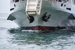 La proa de la nave con dos anclas imagen de archivo