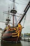 La proa y los palos adornados de la reproducción del velero amarraron al lado del museo marítimo nacional en Amsterdam Fotos de archivo libres de regalías