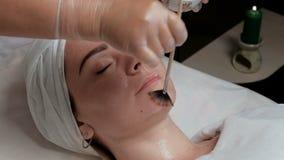 La procédure pour appliquer un gel transparent à la peau du ` s de client au centre de cosmétologie Esthéticien professionnel app banque de vidéos