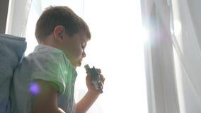 La procedura dei nebulizzatori, bambino malato respira attraverso il tubo dell'inalatore per le malattie respiratorie del trattam stock footage