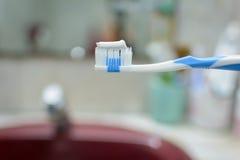 La procedura di spazzolatura lava il vostro fronte di mattina Fotografie Stock Libere da Diritti