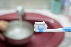 La procedura di spazzolatura lava il vostro fronte di mattina Fotografia Stock Libera da Diritti
