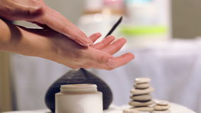 La procedura passa il massaggio nel salone della stazione termale Cura della mano nel salone di bellezza Massaggi le dita ed il p archivi video