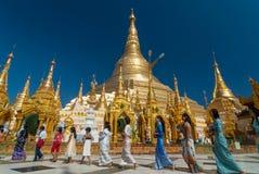 La procesión budista adora alrededor de Shwedagon en la pagoda Imagen de archivo libre de regalías