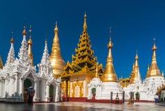 La procesión budista indefinida adora alrededor de Shwedagon en Pagodaprocession hace el worsh Imagen de archivo