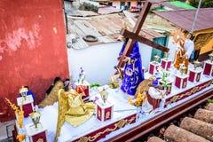 La procesión de la semana santa pasa, San Juan del Obispo, Guatemala Fotografía de archivo libre de regalías