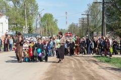 La procesión y la colocación de flores de los alumnos al monumento de soldados caidos encendido pueden 9 en la región de Kaluga d Foto de archivo