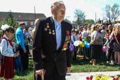 La procesión y la colocación de flores de los alumnos al monumento de soldados caidos encendido pueden 9 en la región de Kaluga d Fotos de archivo