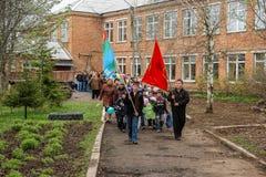 La procesión y la colocación de guirnaldas en el monumento a los soldados caidos en la región de Kaluga de Rusia Fotos de archivo
