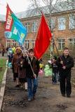 La procesión y la colocación de guirnaldas en el monumento a los soldados caidos en la región de Kaluga de Rusia Fotografía de archivo