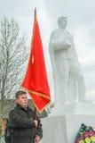 La procesión y la colocación de guirnaldas en el monumento a los soldados caidos en la región de Kaluga de Rusia Imagen de archivo libre de regalías