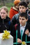 La procesión y la colocación de guirnaldas en el monumento a los soldados caidos en la región de Kaluga de Rusia Imagenes de archivo