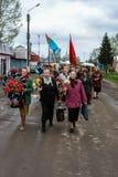 La procesión y la colocación de guirnaldas en el monumento a los soldados caidos en la región de Kaluga de Rusia Fotografía de archivo libre de regalías