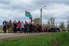 La procesión y la colocación de guirnaldas en el monumento a los soldados caidos en la región de Kaluga de Rusia Foto de archivo libre de regalías