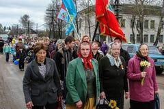 La procesión y la colocación de guirnaldas en el monumento a los soldados caidos en la región de Kaluga de Rusia Imágenes de archivo libres de regalías