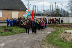 La procesión y la colocación de guirnaldas en el monumento a los soldados caidos en la región de Kaluga de Rusia Imagen de archivo