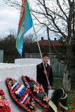 La procesión y la colocación de guirnaldas en el monumento a los soldados caidos en la región de Kaluga de Rusia Fotos de archivo libres de regalías