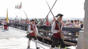 La processione del cambiamento della guardia ad Alba Iulia Fortress, Europa, Romania archivi video