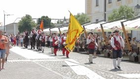 La processione del cambiamento della guardia ad Alba Iulia Fortress, Europa, Romania video d archivio