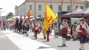 La processione del cambiamento della guardia ad Alba Iulia Fortress, Europa, Romania stock footage
