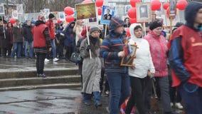 La processione della gente con i ritratti del giorno di vittoria - possono 9 Russia Berezniki, 2018 video d archivio