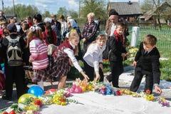La processione e la stenditura dei fiori dagli scolari al memoriale dei soldati caduti sopra possono 9 nella regione di Kaluga di Fotografie Stock
