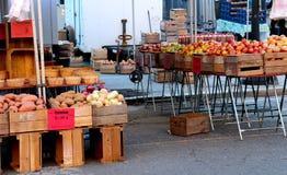 La producci?n de granja fresca en cajones aguarda la abertura del domingo a primera hora de la ma?ana del mercado de Du Pont del  fotografía de archivo libre de regalías