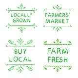 La producción local fresca, granjeros comercializa, compra el local y la granja los emblemas frescos Mano drenada Fotos de archivo