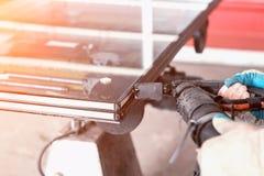La production des fenêtres de PVC, ensemble des fenêtres isolées, étanchéité, a isolé des fenêtres, fabrication, imperméabilité photo stock