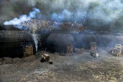 La production du charbon de bois d'une façon traditionnelle Image libre de droits