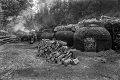 La production du charbon de bois d'une façon traditionnelle Photo stock