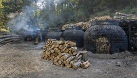 La production du charbon de bois d'une façon traditionnelle Photo libre de droits