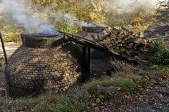 La production du charbon de bois d'une façon traditionnelle Images libres de droits