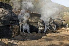 La production du charbon de bois d'une façon traditionnelle Photographie stock libre de droits