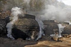 La production du charbon de bois d'une façon traditionnelle Photos libres de droits