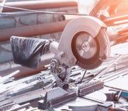 La produzione delle finestre del PVC, circolare ha visto per il taglio dei profili del metallo, tagliando fotografia stock libera da diritti