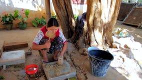 La produzione dello Shan incarta il processo, Pindaya, Myanmar archivi video