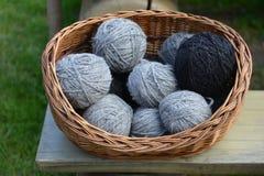 La produzione di lana della pecora tradizionale Fotografie Stock Libere da Diritti